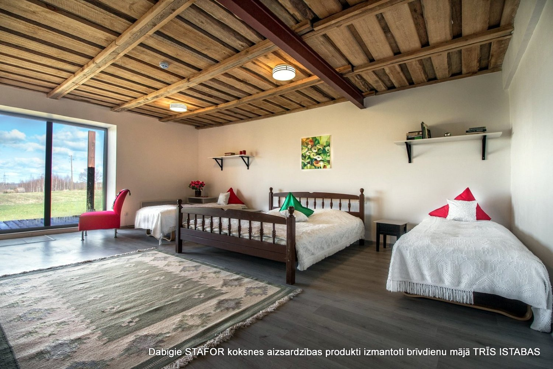 Льняным маслом для дерева обработан потолок и другие элементы интерьера