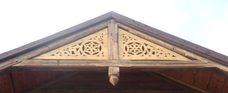 Dabīgā lineļļa kokam uzklāta uz ēkas dekoratīviem elementiem